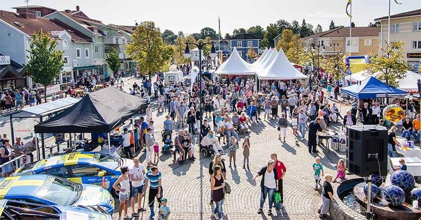 Vy över Blå torget under Kräftlördag med mycket människor på torget.